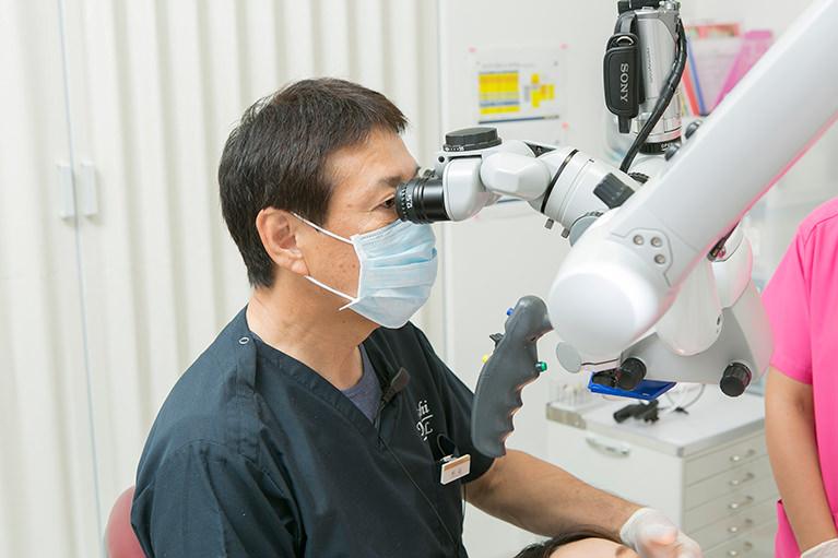 目に見えないものは治せないので、ルーペやマイクロスコープを治療に活用しています